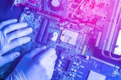 Hoofdreparatie de computerdelen, die de raad schoonmaken die de wattentampon F gebruiken stock afbeelding