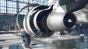 Hoofdreparaties de motor van een passagiersvliegtuig 4K stock videobeelden