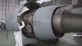 Hoofdreparaties de motor van een passagiersvliegtuig 4K stock video