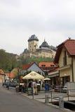 Hoofdstraat die tot het Karlstein-Kasteel, Karlstejn, Tsjechische Republiek leiden Stock Afbeelding