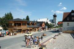Hoofdstraat in Karpacz-stad Stock Fotografie