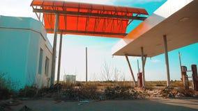 hoofdstraat van Amerika Route 66 crisisweg 66 die langzame geanimeerde video van brandstof voorzien Oud vuil verlaten benzinestat stock footage