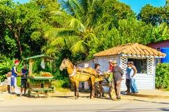 Hoofdstraat van Cubaanse stad met boxen, Cuba royalty-vrije stock foto