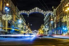 Hoofdstraat van de stad van het vooruitzicht van Nevsky van St. Petersburg, met de nieuwe verlichting van het jaarneon met sporen stock afbeelding