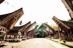 Hoofdstraat van traditioneel Tana Toraja-dorp, tongkonan huizen en gebouwen Kete Kesu, Rantepao, Sulawesi, Indonesië stock afbeeldingen