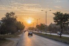 Hoofdstratenzonsondergang in Islamabad Stock Afbeeldingen