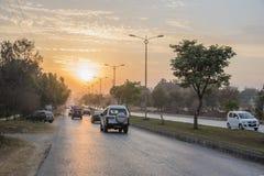 Hoofdstratenzonsondergang in Islamabad Stock Foto's