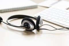 Hoofdtelefoon en toetsenbord op workdesk voor call centreconcept Royalty-vrije Stock Fotografie