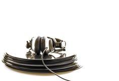 Hoofdtelefoons die op de stapel vinylverslagen liggen Royalty-vrije Stock Foto