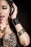 Hoofdtelefoons die Vrouw zingen stock afbeeldingen