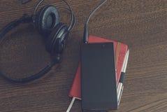 Hoofdtelefoons en smartphone stock afbeeldingen