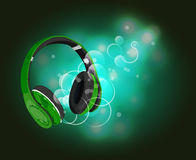 Hoofdtelefoons met magisch van muziek Groene hoofdtelefoons en groene abstracte lichten Stock Afbeelding