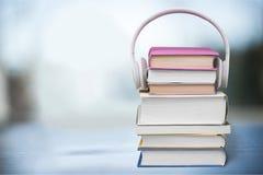 Hoofdtelefoons op boeken Stock Afbeelding