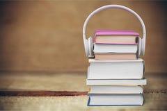 Hoofdtelefoons op boeken Stock Fotografie