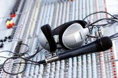 Hoofdtelefoons op correcte mixer Stock Fotografie
