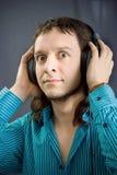 Hoofdtelefoons op de mens Stock Fotografie