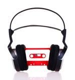 Hoofdtelefoons op een audiocassette Stock Afbeelding