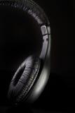 Hoofdtelefoons op een zwarte stock afbeelding
