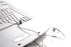 Hoofdtelefoons op laptop Royalty-vrije Stock Afbeelding