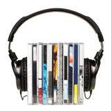 Hoofdtelefoons op stapel CDs Stock Afbeeldingen