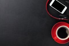 Hoofdtelefoons, smartphone en koffiekop Stock Foto's