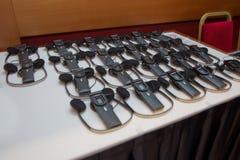 hoofdtelefoons voor gelijktijdig vertaalmateriaal worden gebruikt dat simultane stock foto