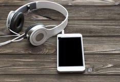 Hoofdtelefoons voor het luisteren aan witte verbonden muziek royalty-vrije stock afbeelding