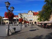 Hoofdvierkant in historisch stadscentrum van bielsko-Biala in POLEN met kleurrijke oude gebouwen, straatlantaarns, rode bloemen stock afbeelding