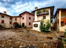Hoofdvierkant in Historische middeleeuwse stad van Smartno in Goriska Brda, Slovenië met narrovstraten die in de stad leiden Royalty-vrije Stock Afbeeldingen