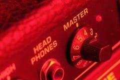Hoofdvolumeknop van een gitaarversterker stock afbeelding