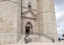 Hoofdvoordeur van Castel Del Monte in Andria in zuidoostenitalië royalty-vrije stock afbeelding