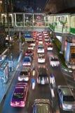 Hoofdweg in Bangkok in nightly opstopping met auto's Stock Afbeeldingen