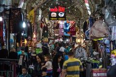 Hoofdzaal van bazar Shiraz Vakil overvol tijdens spitsuur, in een behandelde steeg van de markt royalty-vrije stock afbeelding