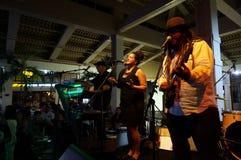 Hoofdzanger van Begeleidingsband, Keith Batlin, het zingen en jam  Royalty-vrije Stock Foto