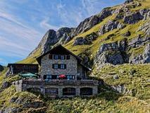 Hoog alpien chalet in bergachtig landschap royalty-vrije stock afbeeldingen