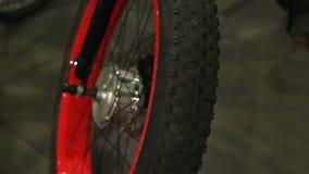 Hoog - band van de kwaliteits de rubberfiets op het wiel van de bergfiets voor het veilige extreme cirkelen stock footage