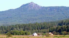 Hoog berg en dorp Royalty-vrije Stock Foto's