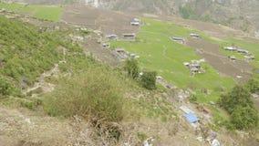 Hoog-bergachtig dorp Prok in Nepal Trek van de Manaslukring gebied stock videobeelden
