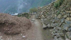 Hoog-bergachtig dorp Prok in Nepal Trek van de Manaslukring gebied stock video