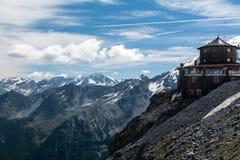 Hoog berghotel, schuilplaats voor fietsers en klimmers Stock Afbeeldingen