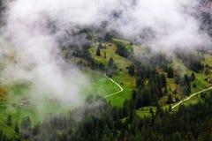 Hoog berglandschap en groen gras royalty-vrije stock afbeeldingen