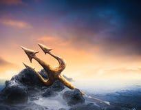 Hoog contrastbeeld van Poseidon& x27; s op zee drietand stock foto