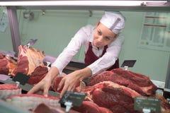 Hoog de slager van de hoekmening vrouwelijk het plukken vlees in slachterij royalty-vrije stock foto