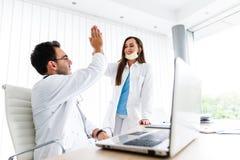 Hoog gebaar vijf door twee jonge medische collega's royalty-vrije stock afbeeldingen