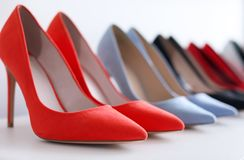 Hoog gehielde schoenen op plank royalty-vrije stock foto's
