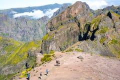 Hoog het lopen op Pico do Arieiro, bij 1.818 m, is het eiland` s derde hoogste piek van Madera Royalty-vrije Stock Fotografie