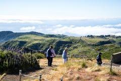 Hoog het lopen op Pico do Arieiro, bij 1.818 m, is het eiland` s derde hoogste piek van Madera Royalty-vrije Stock Foto's