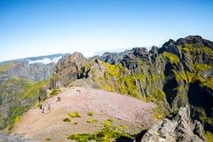 Hoog het lopen op Pico do Arieiro, bij 1.818 m, is het eiland` s derde hoogste piek van Madera Royalty-vrije Stock Foto