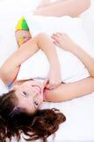 Hoog hoekportret van een gelukkige vrouw met hoofdkussen Royalty-vrije Stock Foto's