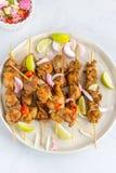Hoog Hoekweergeven van Kip Satay met Pindasaus en Salade Populair Indonesisch en Thais Voorgerecht Thais Voedsel, Oosterse Keuken royalty-vrije stock foto's